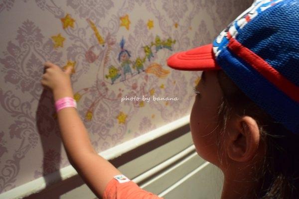 子供とUSJミニオンパーク 壁の落書き